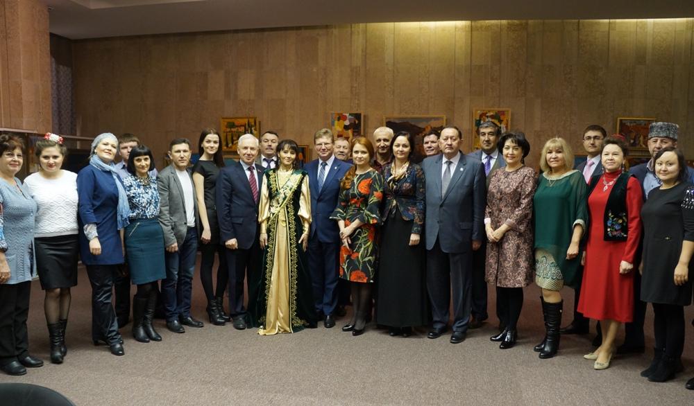 За круглым столом встретились председатель исполкома Всемирного конгресса татар Ринат Закиров, ми