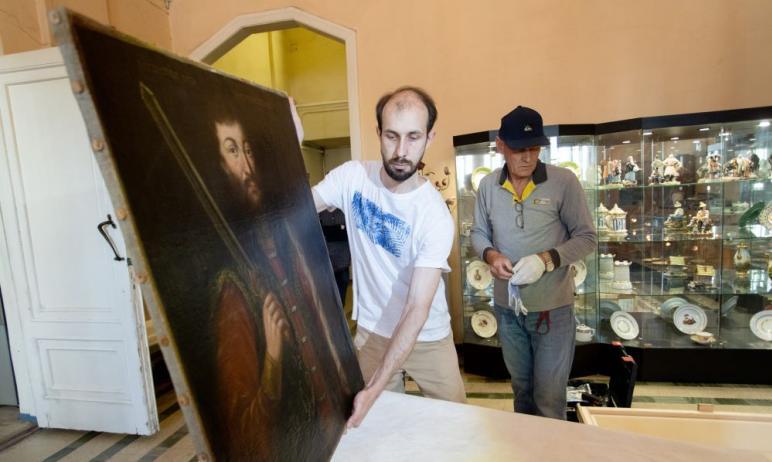 Челябинский музей изобразительных искусств отправил спецтранспортом в Москву парсуну «Благоверный