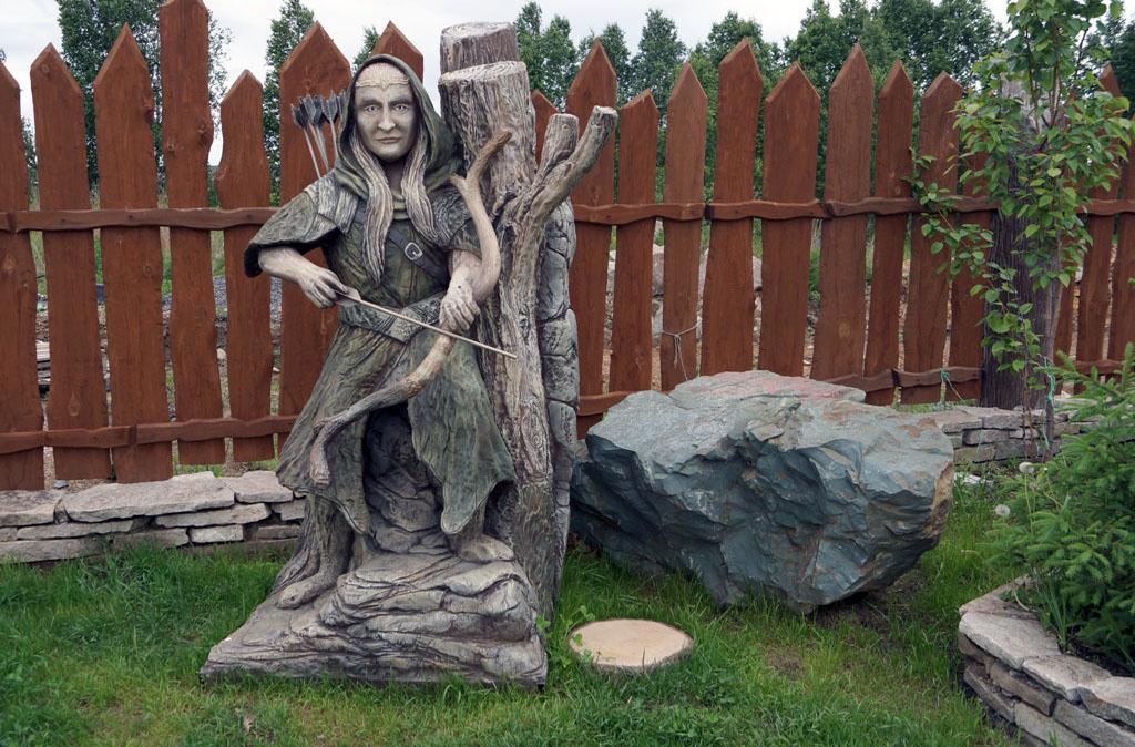 В пригороде Челябинска появился домик хоббита. У входа в кафе, названного в честь знаменитого гер