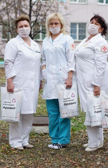 Группа компаний «Ариант» вручила около двух с половиной тысяч подарков работникам учреждений здра