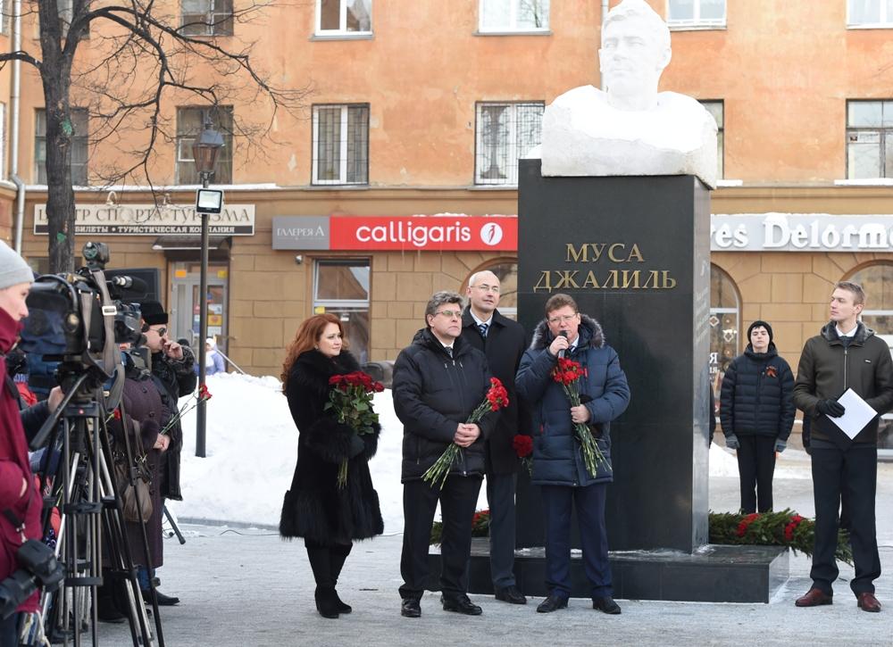 15 февраля, в день рождения Мусы Джалиля, в сквере на перекрестке улиц Тимирязева и Пушкина сост
