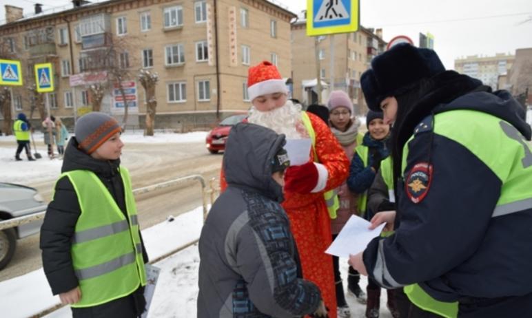 В Челябинской области на дежурство заступили полицейский Дед Мороз и его спутница Снегурочка. Так
