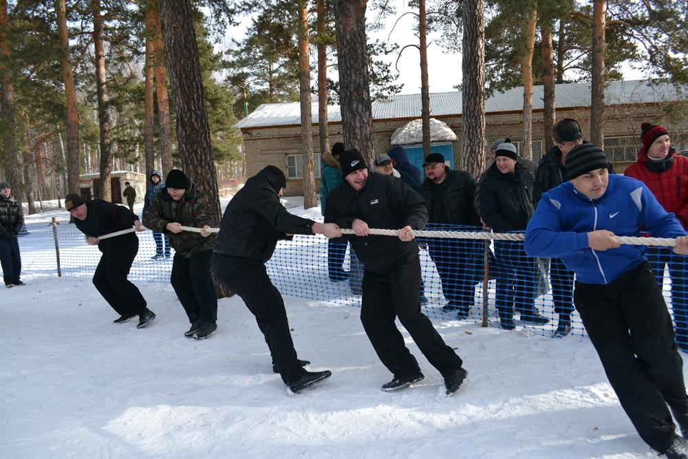 Спортивный праздник прошел на лыжной базе в сосновом бору. Открыла соревновательную программу лыж