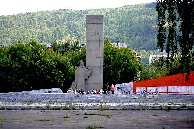 В Миассе (Челябинская область) неизвестные вандалы изрисоваливоинский мемориалнеприличными изоб