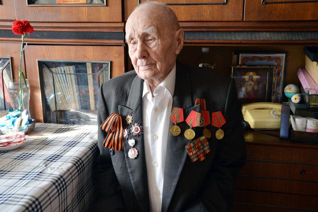Челябинские контрразведчики отправились в гости к участникам войны и труженикам тыла с подарками
