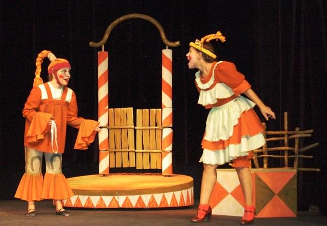 - На этот раз Петушок приготовил небольшую интермедию и спектакль для детей и взрослых со стран