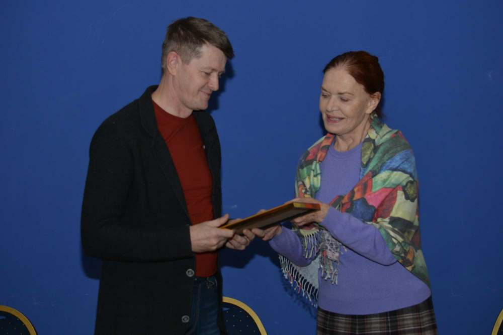 Награду южноуральский литератор принял из рук главного режиссера Центрального академического теат