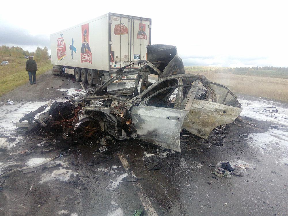 Три человека погибли и два пострадали в результате столкновения трех транспортных средств на феде