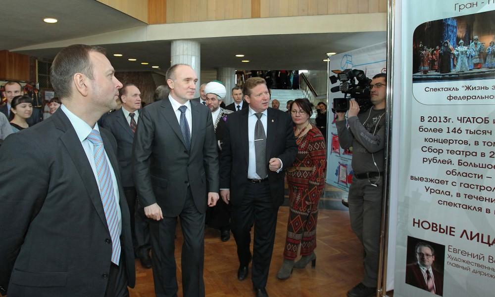 Перед началом заседания Борис Дубровский посетил экспозицию, развернувшуюся в фойе драмтеатра на