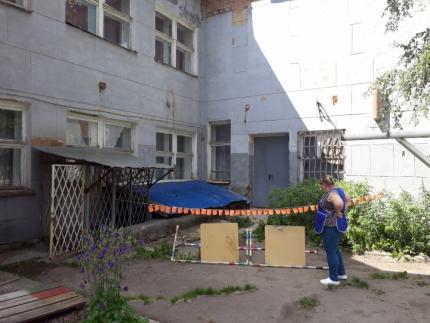 Часть крыши обрушилась в детском саду №16 Златоуста (Челябинская область). Активисты местного отд
