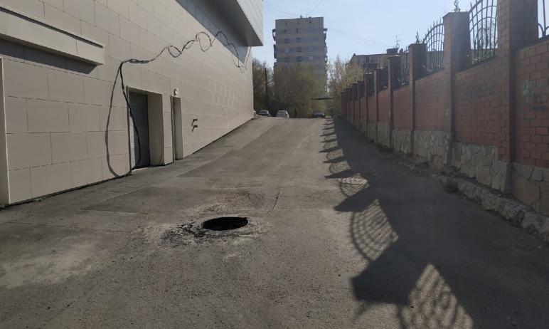 На улице Российской в Челябинске пешеходов подстерегает открытый колодец. Люка не было ни вчера,
