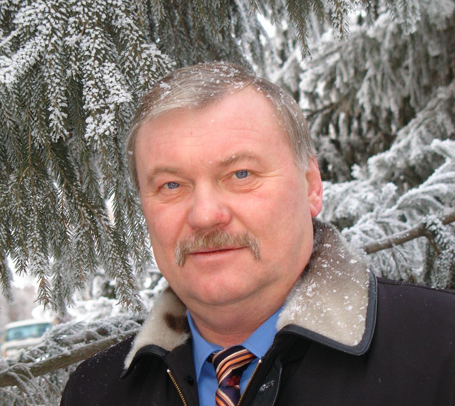 Валерий Чараев родился в Еманжелинске в 1960 году. По окончании факультета авиационных двигателей