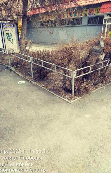 В Челябинске начали убирать ненужные ограждения.  Как сообщили агентству
