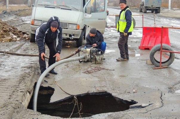Как видно на выложенных в сети фотографиях , работники дорожных служб Миасса безуспешно пытаются