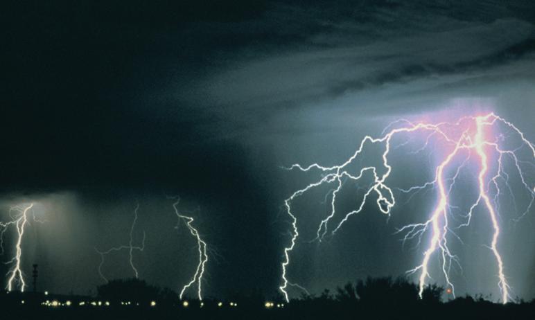 Жителей Челябинской области предупреждают о возможных грозах, граде, шквалистом усилении ветра на