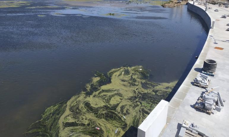 Вид на реку Миасс с новой набережной Челябинска, которую за филармонией возводит компания «Стройм