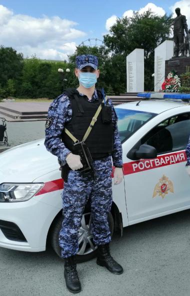Сотрудники Росгвардии задержали челябинца, который не пускал бригаду скорой помощи к больному и т