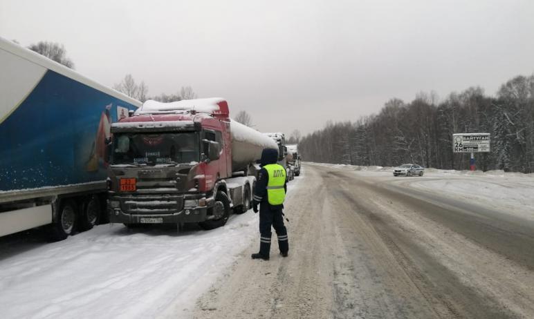 В Челябинской области из-за снегопада продлено ограничение движения большегрузов по трассе М-5. Н