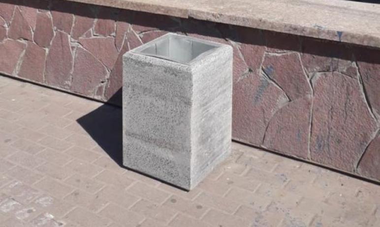 На проспекте Ленина в Челябинске власти Центрального района заменили старые урны, установив вмест