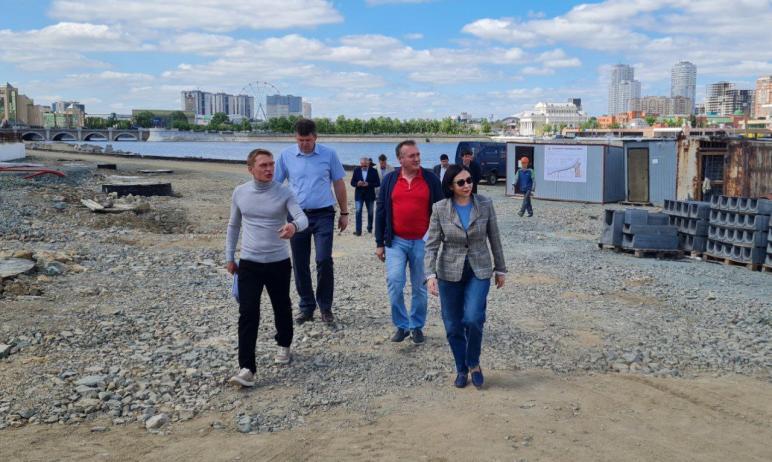 Жители Челябинска и гости города, гуляя по новой набережной на берегу реки Миасс за филармонией,