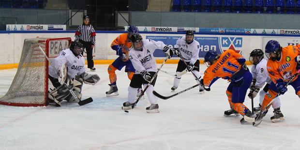Поражение наши хоккеистки потерпели от нижегородского «Скифа», который обыграл «Факел» и в первой
