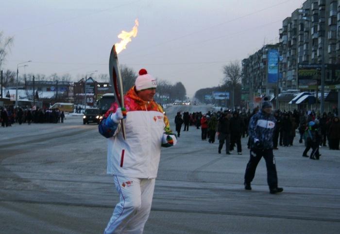 Несмотря на холодную погоду, посмотреть на праздник и поприветствовать участников олимпийской эст