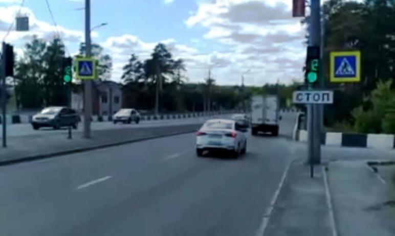 В Челябинске в проблемном месте на развязке улиц Худякова и Университетской Набережной на выходе