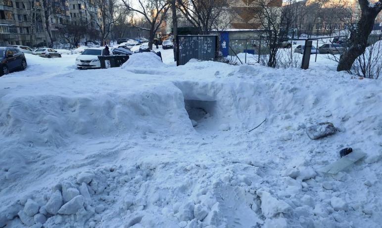 Жители Челябинска знают, с кого спрашивать за снежные заносы на дорогах. А вот за снег во дворах