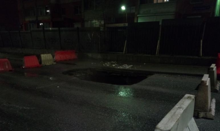 В Челябинске вчера вечером, восьмого апреля, обвалилась проезжая часть на канализационном коллект
