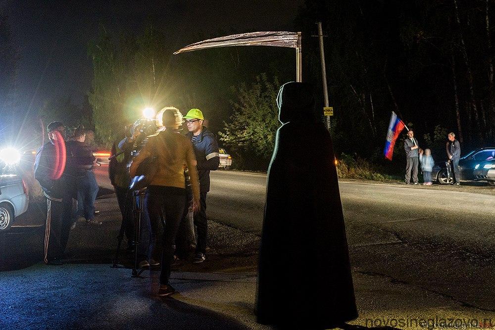 Люди вышли с плакатами «Буренков, дай денег на фонарик», «Здесь гибнут люди», «Улица народных фон