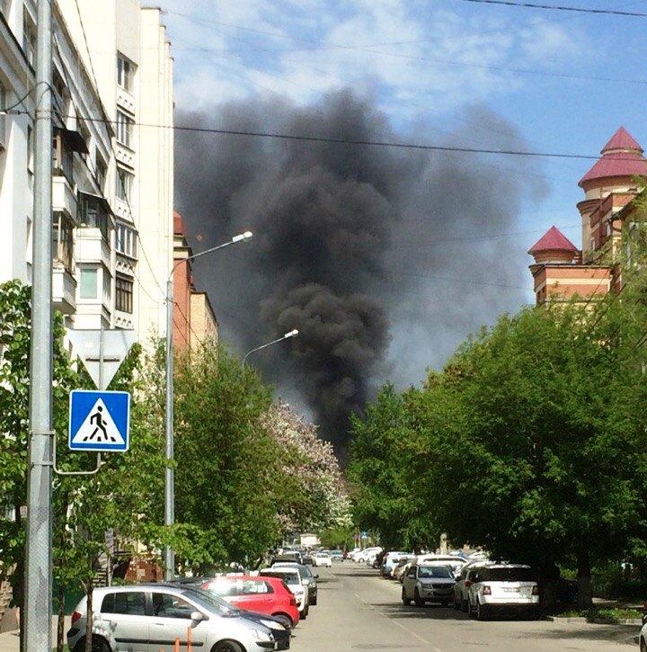 Как сообщили агентству «Урал-пресс-информ» очевидцы, черный дым столбом видно в районе улицы Своб