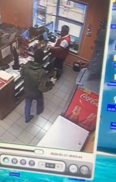 Полицейские Челябинска разыскивают мужчину, совершившего разбойное нападение на торговый павильон