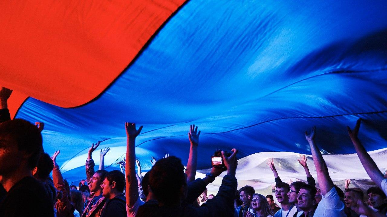 Официальный праздник, установленный в честь государственного флага Российской Федерации, ежегодно