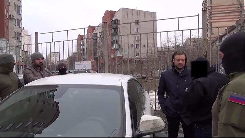 На видео спецназоцы окружают автомобиль, в котором находится Николай Сандаков и известный челябин
