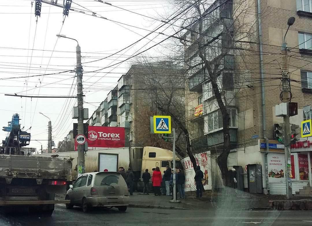 Авария произошла на Свердловском проспекте в районе пересечения с улицей Сони Кривой около 09.30.