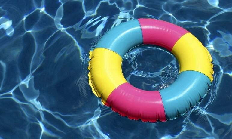 В Челябинске на Первом озере девушка выпала из надувного круга и едва не утонула.  Как с