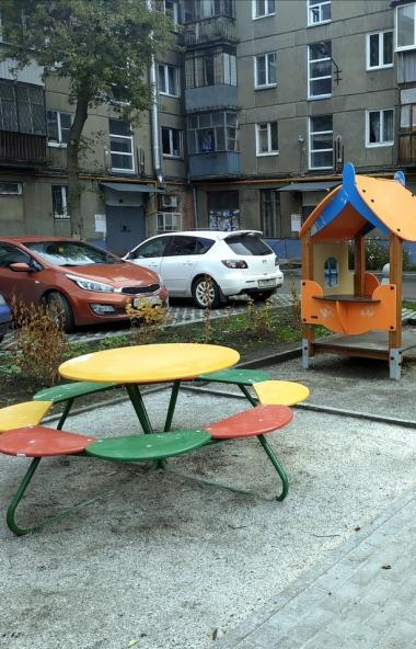 В Ленинском районе Челябинска появился двор с безопасным резиновым покрытием на детских площадках