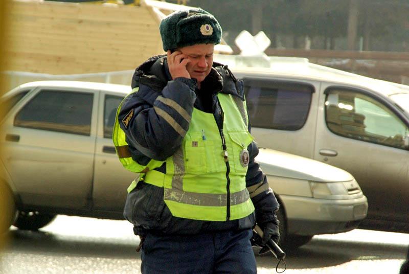 Массовую проверку автомобилей, прибывающих к образовательным организациям, инспекторы дорожно-пат