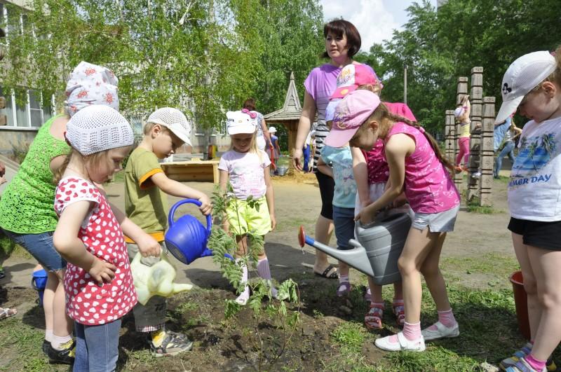 На этот раз местом проведения акции стал детский сад № 155. Принять участие в посадке деревьев вы