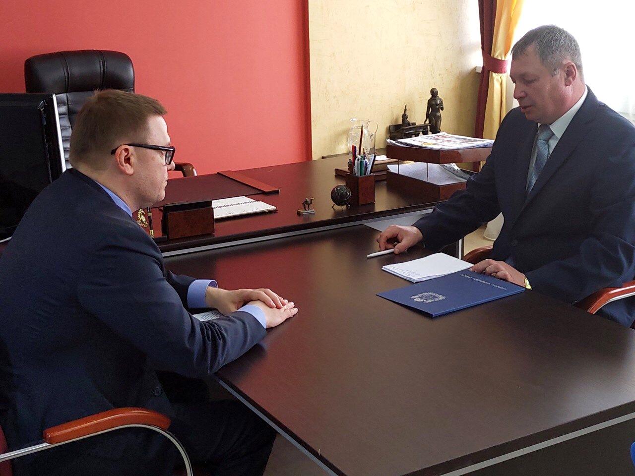 Глава Варненского муниципального района Константин Моисеев получил свою папку с наказами от време