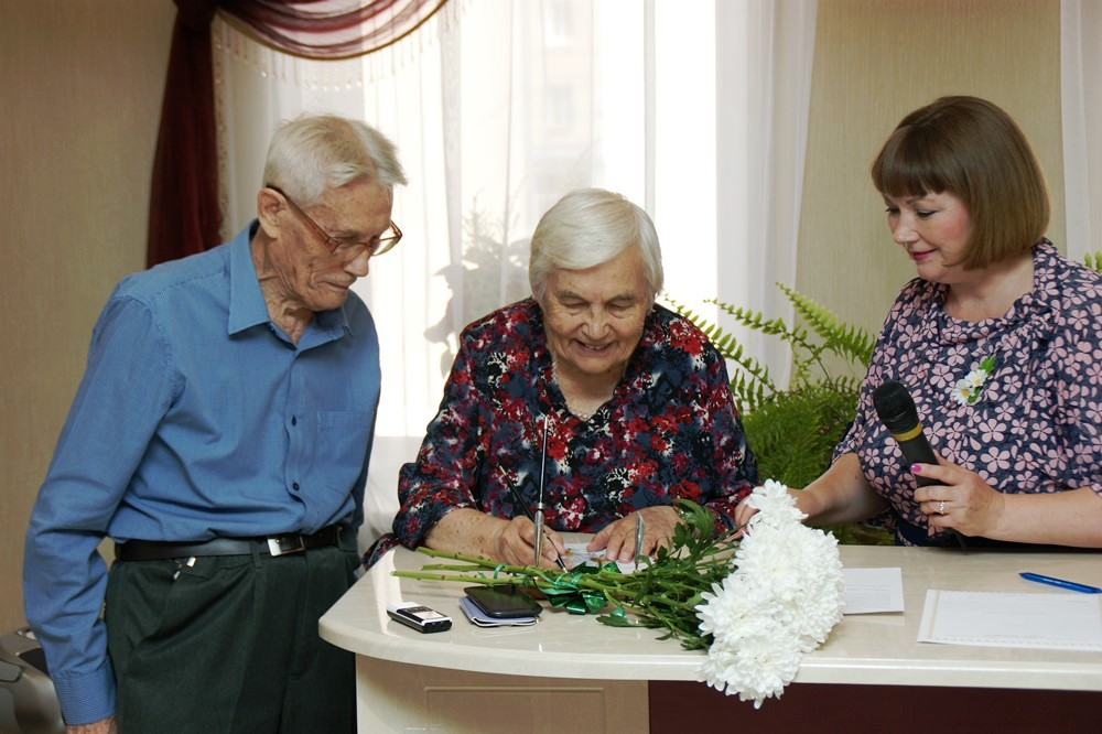 Среди приглашенных — бывшие работники АО «ГРЦ Макеева», супруги Петр и Нинель Токтаровы. В торжес