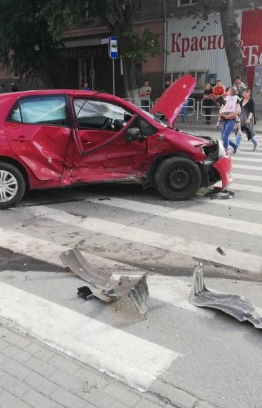 В Челябинске водитель иномарки устроил аварию, в которой пострадали три человека.