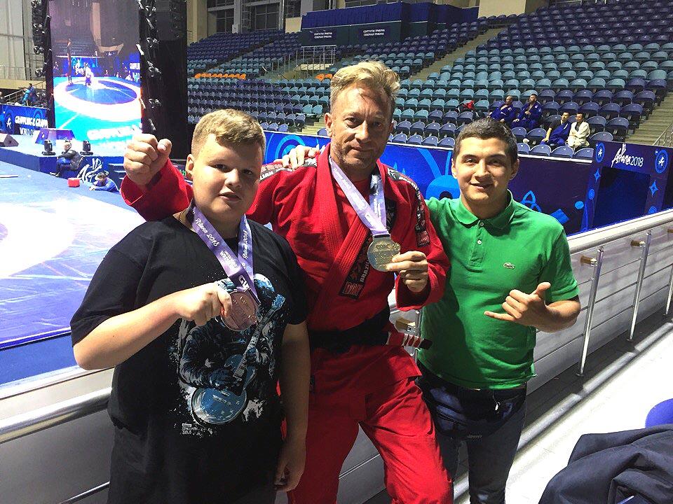 Удивительного достижения добился 13-летний школьник из Челябинска Александр Переляев. Несмотря на
