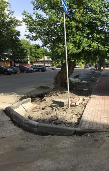 В Челябинске подрядчики продолжают устранять дефекты на дорогах, убирать мусор и грязь, высаживат