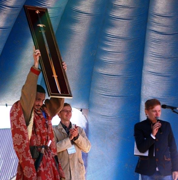 Чемпион завоевал достойный трофей - единственный в своем роде стальной меч весом около 1,5 килогр