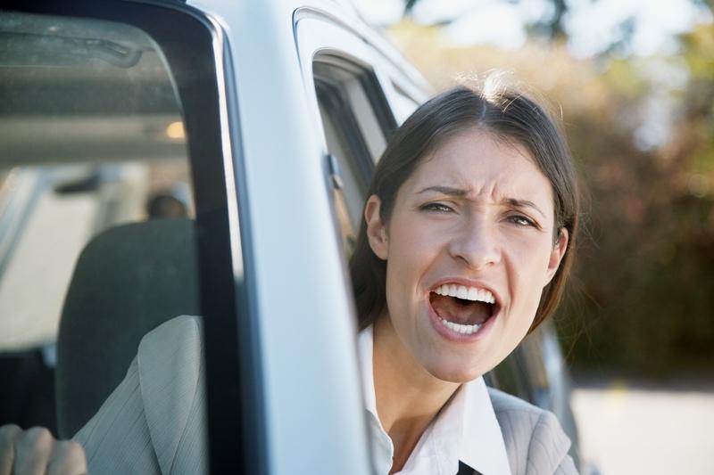 Зачастую водители бросают свои машины не просто на неприспособленных для этого местах, а прямо на
