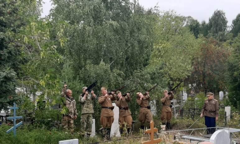 В Челябинске сегодня, восьмого августа, с воинскими почестями – под залпы караульной группы ВИК «