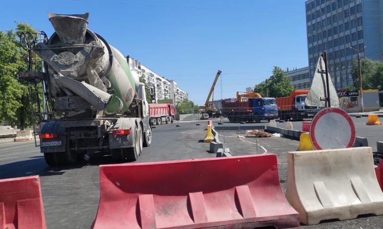 На Комсомольском проспекте Челябинска вскрыли свежеуложенный асфальт, чтобы проложить теплотрассу