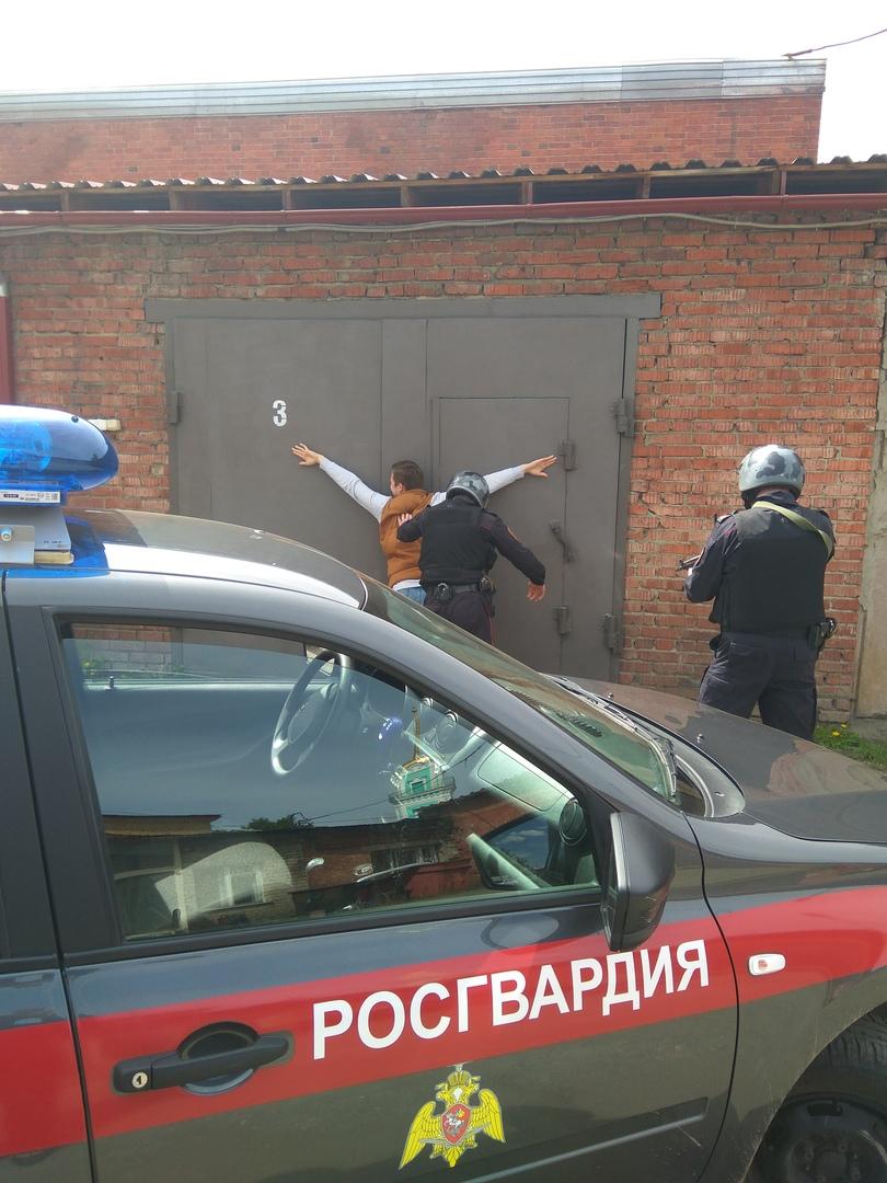 В поселке Горняк (Челябинская область) воры, снеся ворота на автостоянке по улице Черняховской, у
