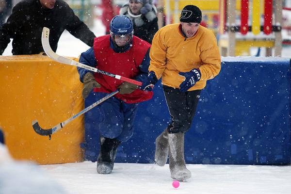 Он пояснил, что на сегодняшний день в Челябинске уже залито 24 хоккейных корта. Работа продолжает